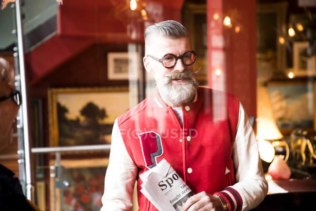 Вигадливий людина з спортивні газети у барі-ресторані Борнмут, Англія — стокове фото