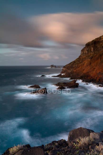 Belle vue panoramique sur les vagues qui s'écrasent sur les falaises rocheuses — Photo de stock