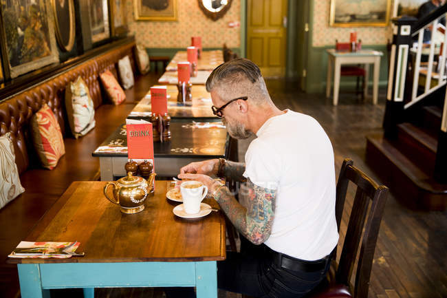 Вигадливий людина їсть у барі-ресторані Борнмут, Англія — стокове фото