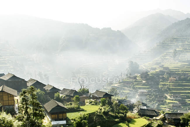Туманный горный ландшафт и деревня Сицзян, Гуйчжоу, Китай — стоковое фото