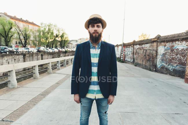 Ritratto di uomo in paglia per canale — Foto stock