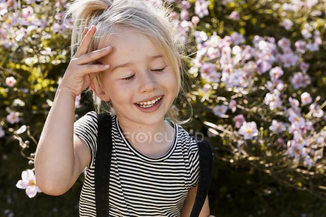 Девушка, наслаждаясь себя в саду — стоковое фото