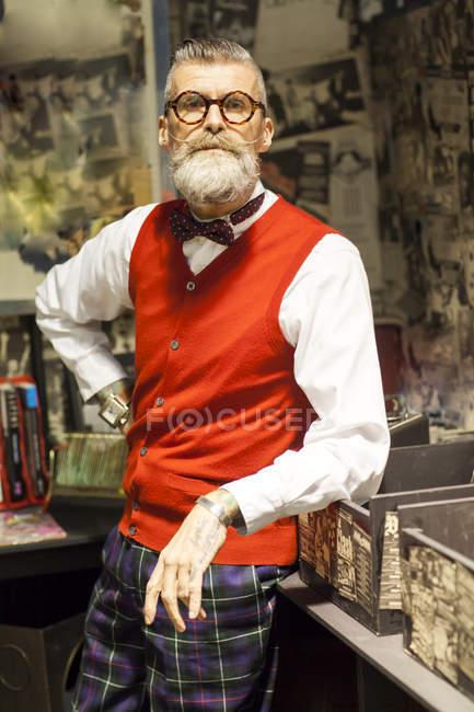 Портрет вигадливий vintage старший чоловік у vintage музичному магазині — стокове фото