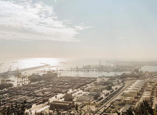 Повышенный вид портовых судов и кранов, Барселона, Испания — стоковое фото
