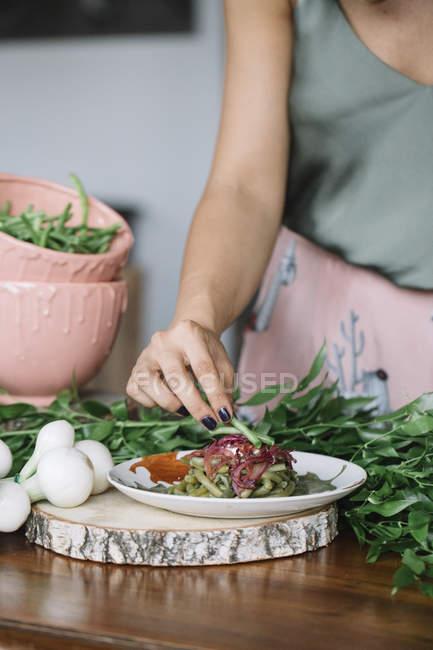 Plato vegetariano preparación de mujer - foto de stock