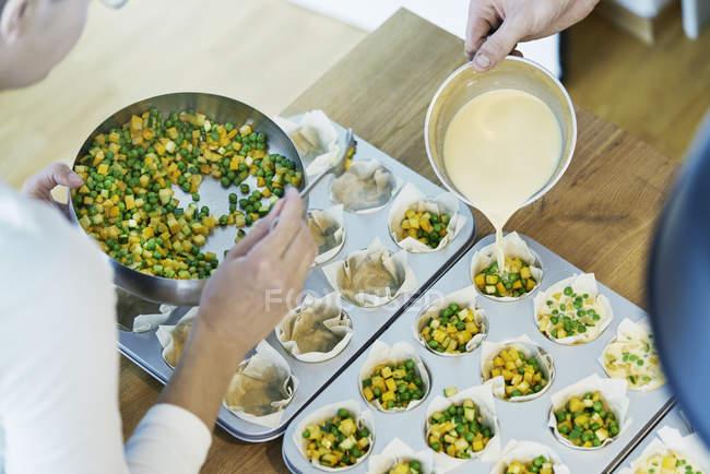 Dois chefs a preparar canapés de massa filo — Fotografia de Stock