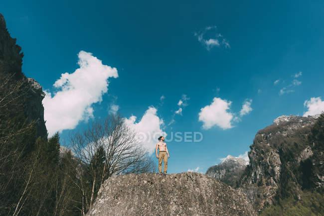 Голими грудьми молоді чоловіки стоячи на вершині Боулдер — стокове фото