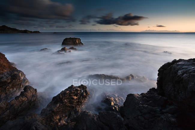 Представление промежуток времени волн на каменистый пляж, прекрасный живописный вид на море — стоковое фото