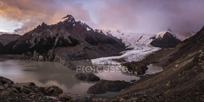 Dramatischer Himmel über Torre-Gletscher und Lagune im los glaciares Nationalpark, Patagonien, Argentinien — Stockfoto