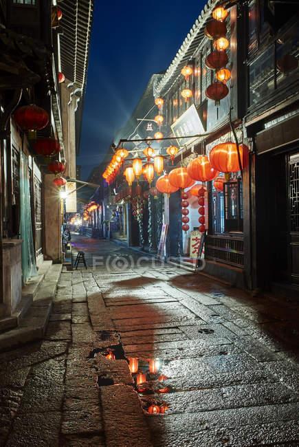 Традиційні асфальтованої вулиці і ліхтарі вночі, Xitang Zhen, Чжецзян, Китай — стокове фото