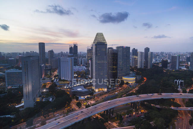 Elevated cityscape with highway and skyscrapers at dusk, Singapore, South East Asia — Stock Photo
