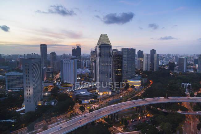 Paesaggio urbano elevato con autostrada e grattacieli al crepuscolo, Singapore, Sud Est asiatico — Foto stock