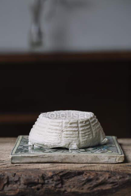 Сир Рікотта на керамічній плитці — стокове фото