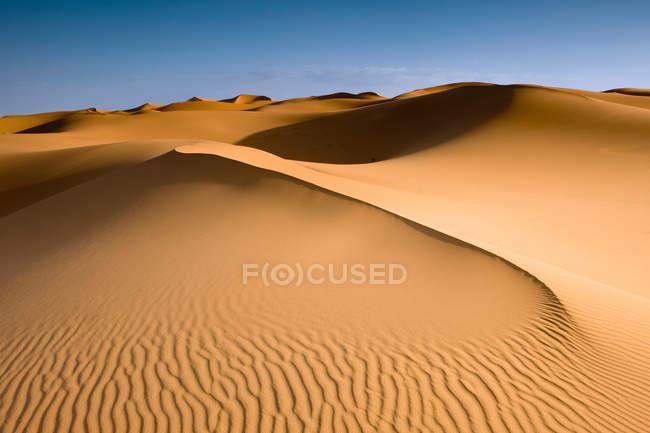 Vista aerea di belle dune di sabbia scenico e cielo blu — Foto stock