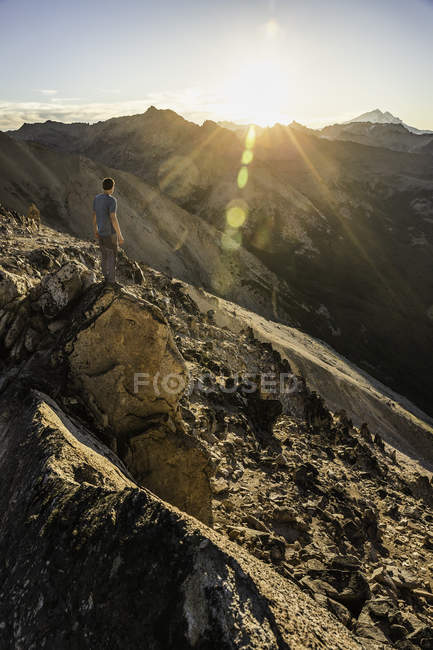 Male mountaineer looking out over Andes mountain range, Nahuel Huapi National Park, Rio Negro, Argentina - foto de stock