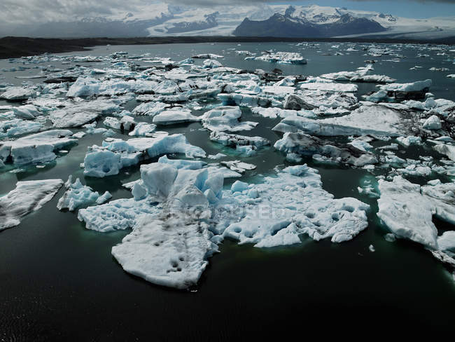 Glace flottante sur la rivière glaciaire, vue magnifique sur la mer tranquille — Photo de stock