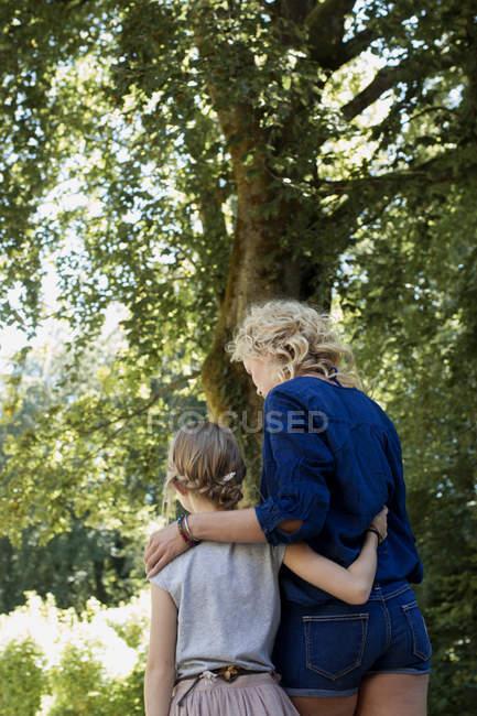 Mutter und Tochter genießen park — Stockfoto