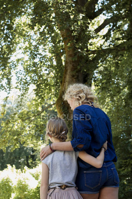 Mother and daughter enjoying park — Stock Photo