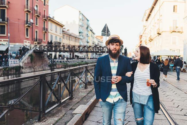 З'єднайте з коктейлі прогулянки уздовж міського каналу — стокове фото
