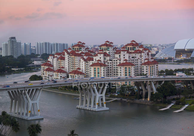 Elevated cityscape with highway bridge and apartment developments at dusk, Singapore, South East Asia — Stock Photo