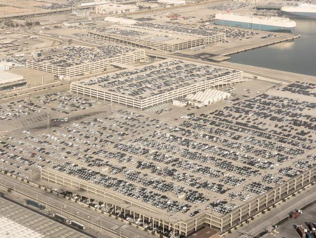 Vista elevata del porto, parcheggi e auto parcheggiate, Barcellona, Spagna — Foto stock