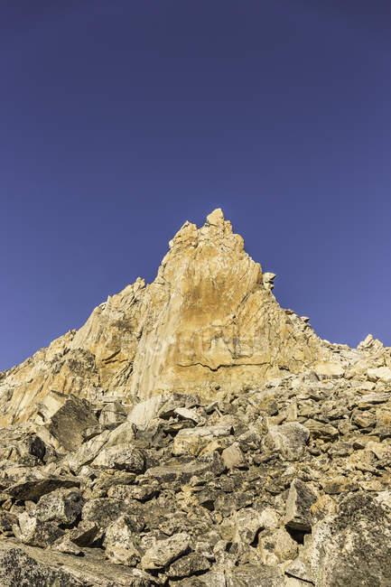 Pináculo de montaña y cielo azul, Parque Nacional Nahuel Huapi, Río Negro, Argentina - foto de stock