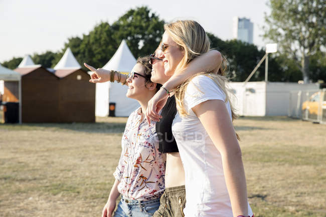 Three female friends enjoying outdoor festival — Stock Photo