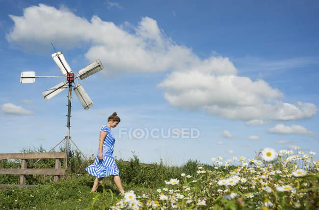 Женщина в районе фризских озеро в винтажном платье, снек, Фрисландии, Нидерланды — стоковое фото