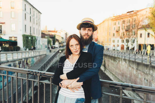 Porträt von cool paar Stadt Kanal — Stockfoto