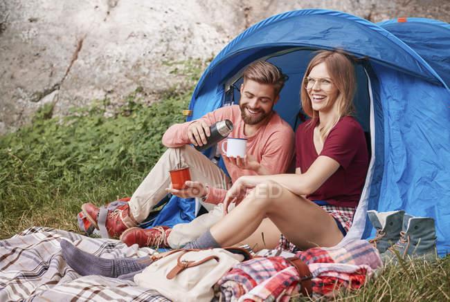 Camping des couples assis par tente, Cracovie, Malopolskie, Pologne, Europe — Photo de stock