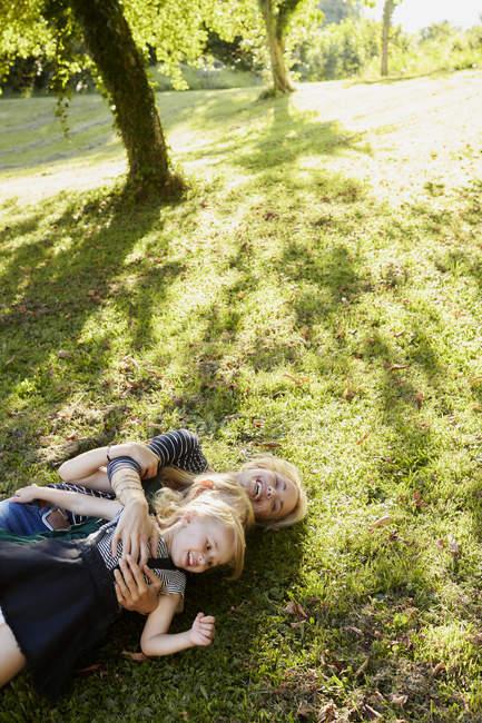 Матері і дочки, насолоджуючись в парку — стокове фото