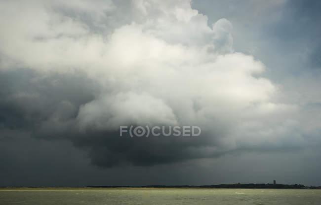 Драматичні хмари на острів Terschelling з Brandaris маяк у поданні, Вест-Terschelling, Фрісландія, Нідерланди — стокове фото