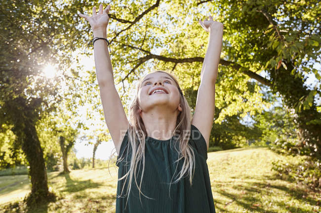 Menina se divertindo no parque — Fotografia de Stock
