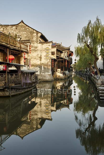 Дзеркальне відображення водного і традиційні будівлі, Xitang Zhen, Чжецзян, Китай — стокове фото