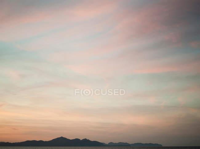 Bellissimo tramonto sulla spiaggia, maestoso sfondo naturale — Foto stock