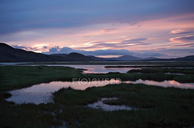 Hermosa puesta de sol sobre el majestuoso paisaje swampy tranquilo - foto de stock
