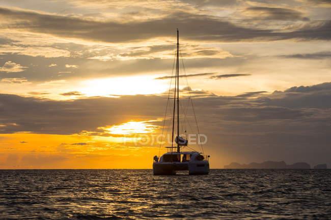 Яхт, парусних на море на заході сонця, бан Ко Ланта, Krabi, Таїланд, Азії — стокове фото