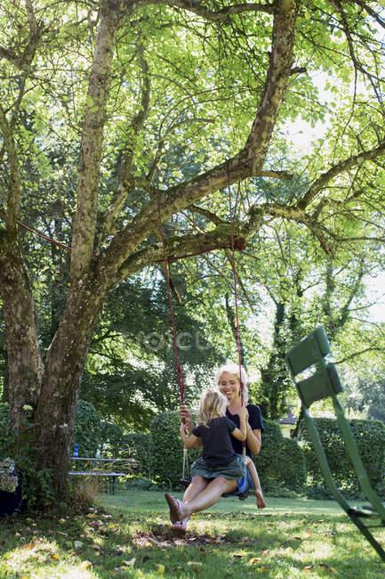 Мати і дочка на гойдалках — стокове фото