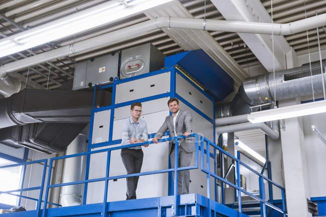 Zwei männliche Manager von Fabrik-Balkon — Stockfoto