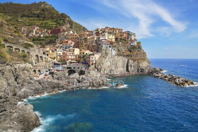 Барвистими будинками на скелі стороні, Manarola, Лігурія, Італія, Європа — стокове фото