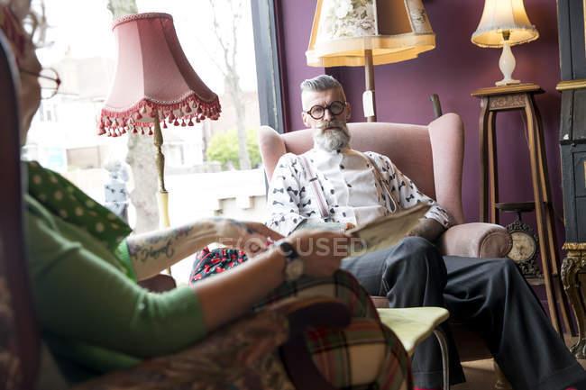 Vintage pareja descansando en el salón de té - foto de stock