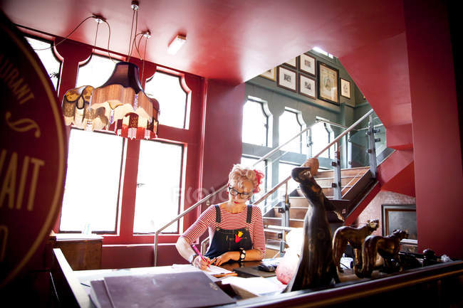 Вигадливий жінки, що працюють на високих лічильник в бар і ресторан, Борнмут, Англія — стокове фото