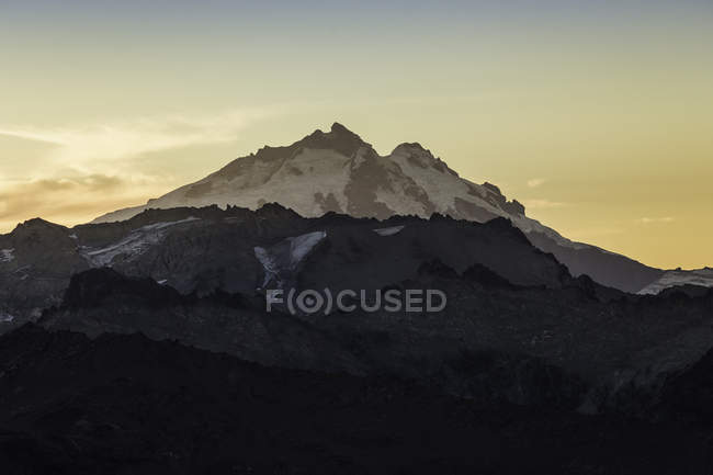 Vue du mont Tronador dans la chaîne de montagnes des Andes au coucher du soleil, parc national Nahuel Huapi, Rio Negro, Argentine — Photo de stock