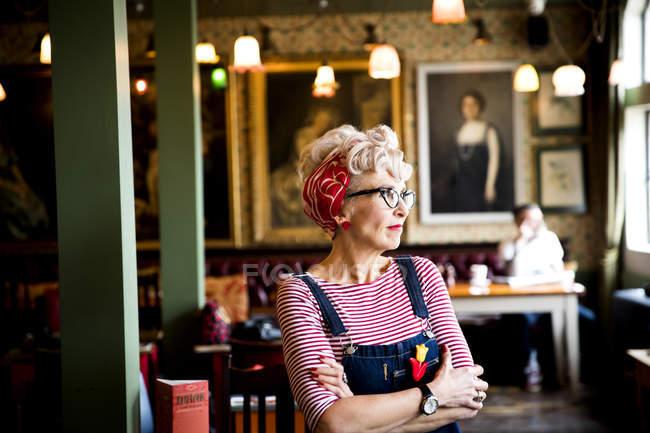 Вигадливий жінка в м. бар і ресторан, Борнмут, Англія — стокове фото