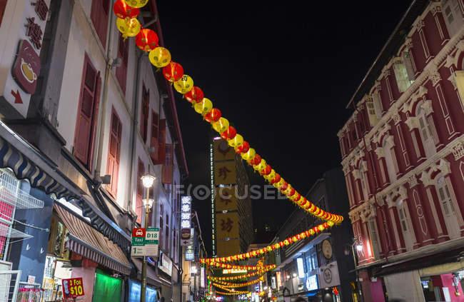 Ліхтарі папери і shopfronts Чайнатаун вулиці на ніч, Сінгапур, Південно-Східної Азії — стокове фото
