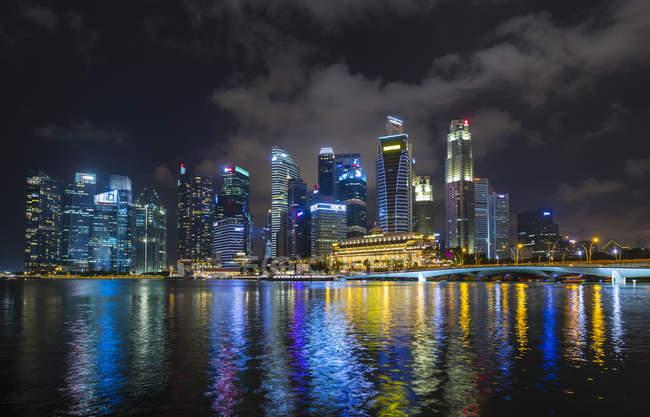 Horizonte de beira-mar na Baía de Marina na noite, Cingapura, sudeste da Ásia — Fotografia de Stock