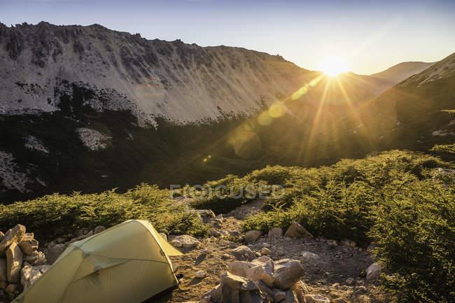 Tienda en el paisaje de montaña al atardecer, Parque Nacional Nahuel Huapi, Río Negro, Argentina - foto de stock