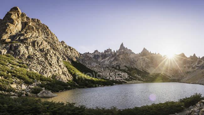 Vista de paisaje soleado de las montañas y el lago Tonchek, Parque Nacional Nahuel Huapi, Río Negro, Argentina - foto de stock
