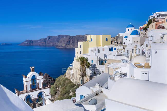 Casa tradicional do penhasco pelo mar, Athens, Attiki, Grécia, Europa — Fotografia de Stock
