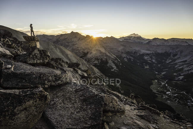 Montañista femenina mirando sobre cordillera de los Andes, Parque Nacional Nahuel Huapi, Río Negro, Argentina - foto de stock
